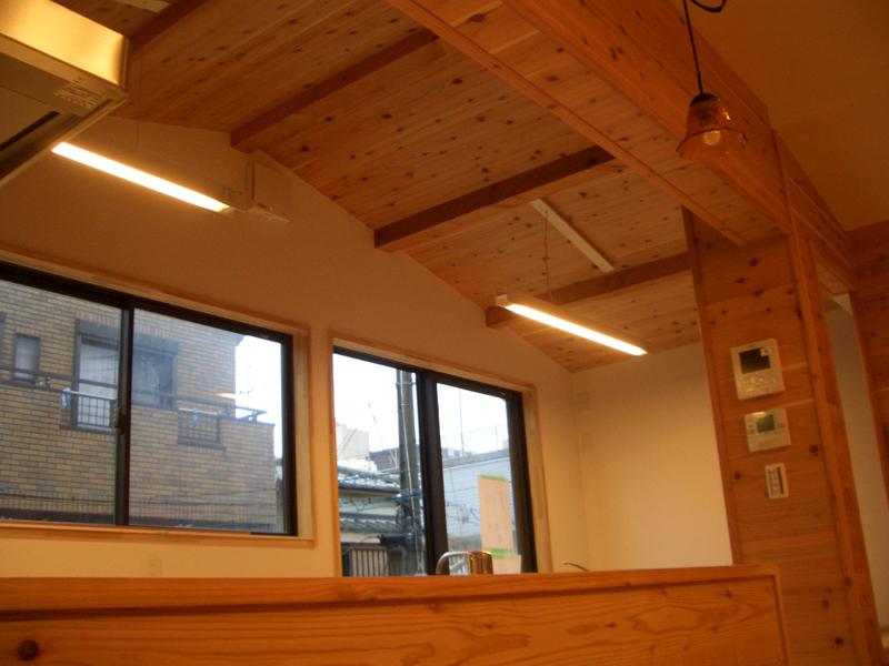 相川 A邸 キッチン上。小屋組の見える開放的な空間。
