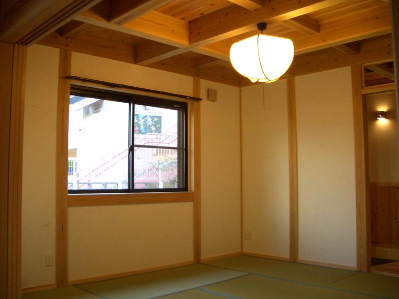 生野勝山 KD邸 リビング。壁には土佐和紙を貼っています。