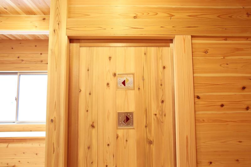 大阪狭山市今熊 Y邸『大切妻屋根の家』 建具には施主様の手作りのガラスクラフトをはめこんでいます。