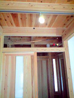 堺大美野 S邸 ビリヤード室 アクリル板の上にビリヤードのボールとキューをステンレスのビスで固定しました。
