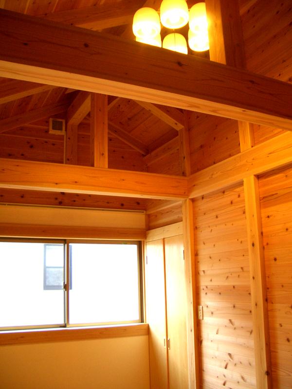 富田林寺池台 I邸 寝室 天井が高く気持ちのいい空間に。