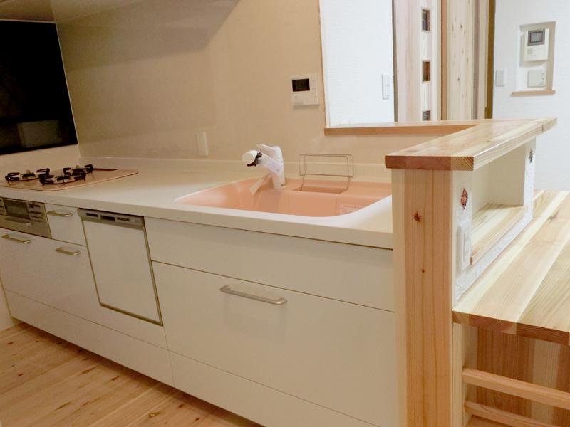 東大阪御厨 M邸 after キッチン。シンクをピンク色にすることで華やかでかわいいキッチンに。