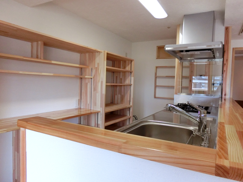 光明池 N邸 対面キッチンの後ろには備え付けの棚を設置しました。