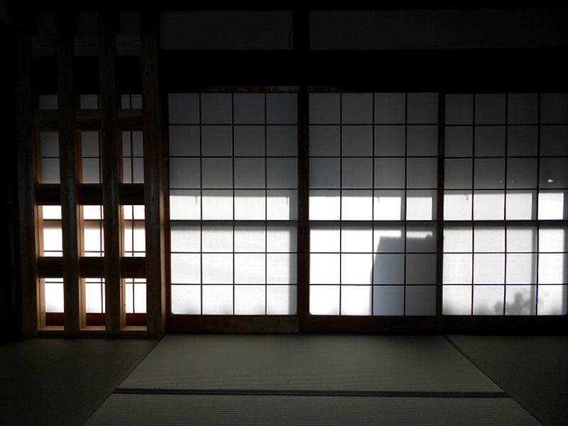 八尾 東弓削 T邸 モダンな格子状の柱壁で耐震補強しています。
