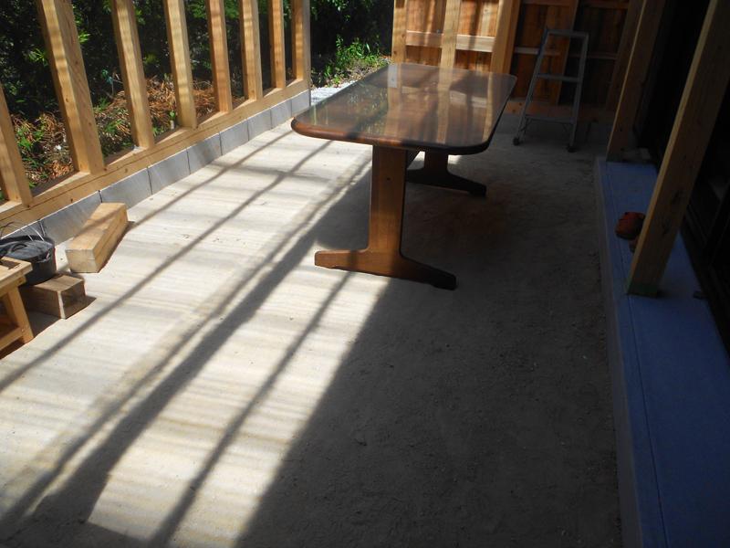 和歌山九度山 S邸『自然を感じる無垢の家』 テラスの地面は三和土を施工しています。